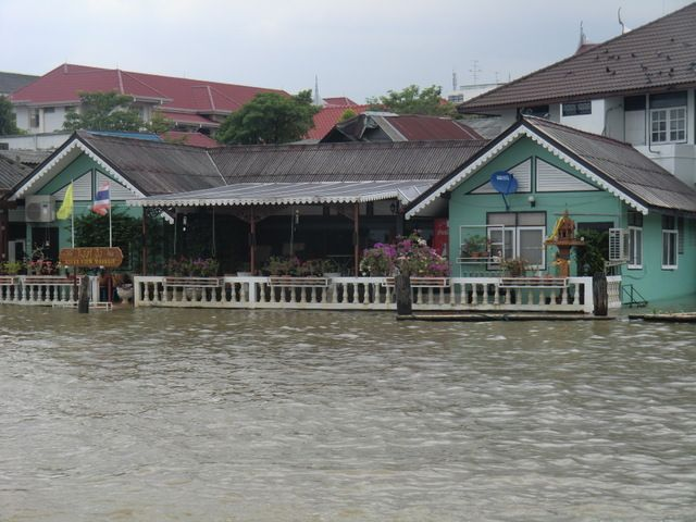 dieses Haus steht völlig unter Wasser